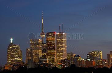 Toronto - Blick auf die Skyline mit Wolkenkratzern und CN Tower bei Nacht