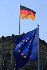 Berlin  Deutschland  Maenner mit Aktenkoffern gehen am Reichstag vorbei