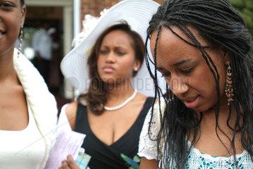 Junge afroamerikanische Christinnen beim sonntaeglichen Kirchgang