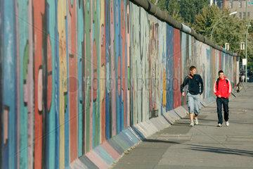 Berlin  Reste der Mauer und asiatische Touristen