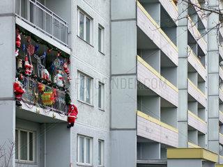 Berlin  Weihnachtsdekoration auf einem Balkon