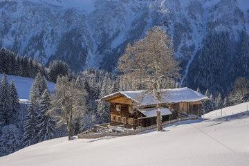 Winterlandschaft im Allgaeu mit Bergbauernhof