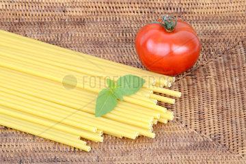 italienische Pasta  Maccheroncini  Maccaroni  Teigwaren  Nudeln  Tomate  Basilikum