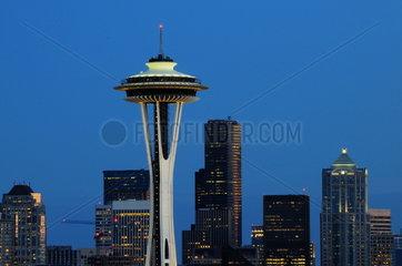 Sykline Seattle mit Wahrzeichen Space Needle in AbenddÅ mmerung