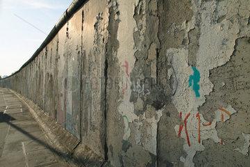 Berlin  Schaeden an den Resten der Mauer