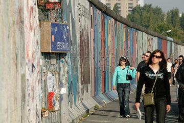 Berlin  Reste der Mauer und junge Touristen