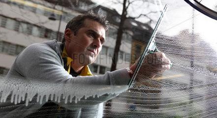 Der ehemalige Radprofi Andreas Kappes als Fensterputzer