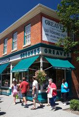 Niagara-on-the-Lake - Touristen flanieren in der Queen Street