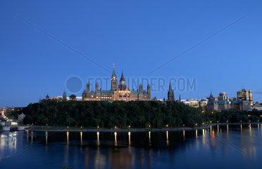 Ottawa - Blick ueber den Ottawa River zum Parliament Hill am Abend