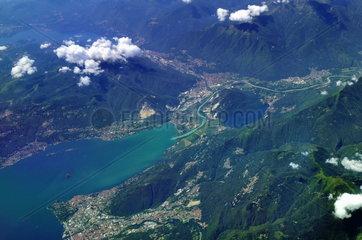 Luftaufnahme des Lago Maggiore bei Verbania