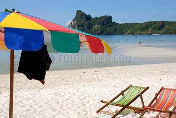 Sonnenschirme am Strand von Koh Phi Phi  Thailand  Asien