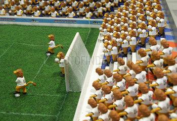 Ein Miniaturstadion gefuellt mit Goleo VI Figuren - dem WM Maskottchen