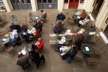 London- Gaeste eines Cafes in Covent Garden
