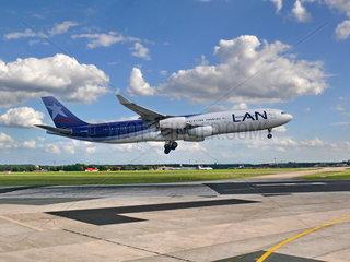 Lan Chile Airbus A340-300 im Landeanflug