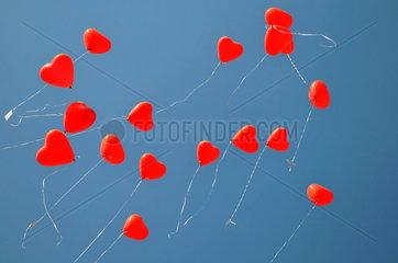 Aufsteigende Luftballons in Herzform