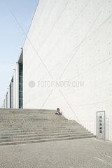 Berlin  Deutschland  eine Person auf den Treppen des Paul-Loebe-Hauses