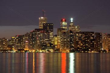 Toronto - Erleuchtete Wolkenkratzerkulisse der Innenstadt bei Nacht