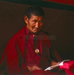 Tibetischer Moench mit Amulett des Dalai Lama