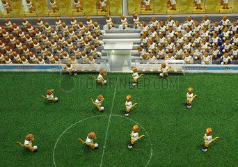 Ein Miniaturstadion gefuellt Goleo VI Figuren - dem WM Maskottchen