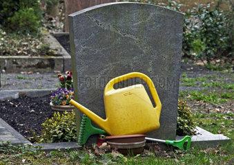Grab mit Giesskanne und Rechnen