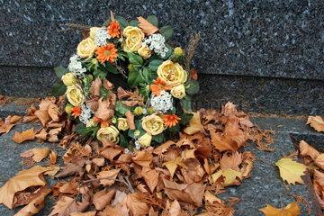 Blumenkranz mit Herbstlaub