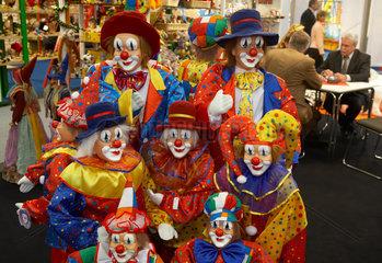 EinStand mit Clownsmasken und Karnevalsartikeln auf der Spielwarenmesse
