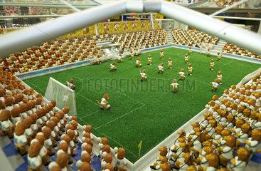 Ein Miniaturstadion gefuellt mit Figuren von Goleo VI - dem WM Maskottchen