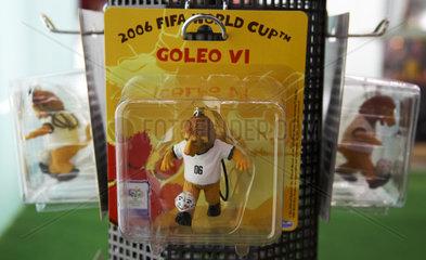 Modellfiguren des WM Maskottchen Goleo VI in einer Verpackung