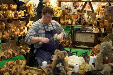 Die traditionelle Herstellung von Teddybaeren in Handarbeit
