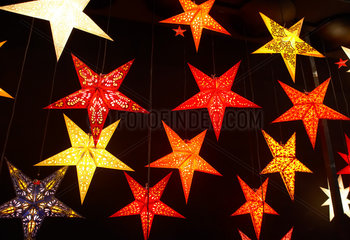 Leuchtende Weihnachtssterne aus Papier in verschiedenen Farben