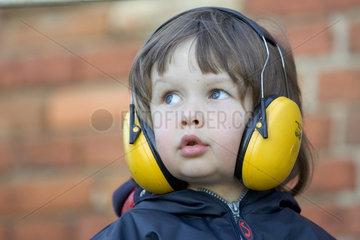 Kind mit Kopfhoerern