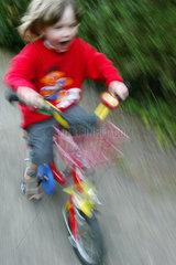 Berlin  ein Kind faehrt mit seinem Fahrrad
