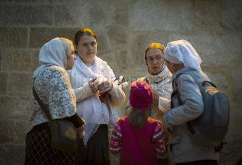 Glaeubige in Jerusalem