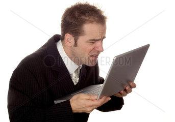 Geschaeftsmann mit einem Laptop