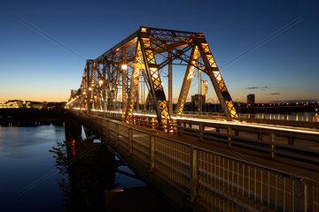 Ottawa - Alexandra Bridge ueber den Ottawa River am Abend