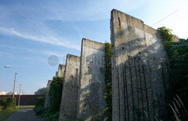 Berlin - Teile der ehemaligen Mauer bei der Mauergedenkstaette