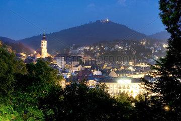 Baden-Baden  Blick vom Michaelsberg auf die Altstadt mit Stiftskirche bei Nacht