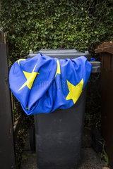 Flagge der Europaeischen Union in einer Muelltonne