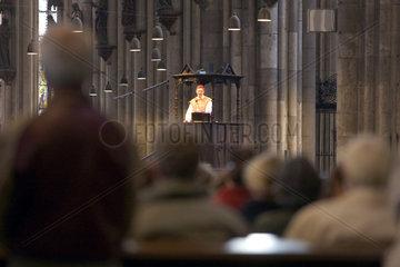 Koeln  Menschen beim Gottesdienst im Dom