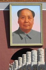 Peking  Portraet von Mao Tse Tung am Tiananmen-Tor