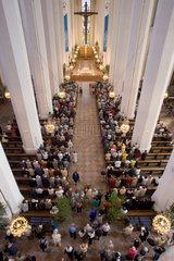 Muenchen  Menschen beim Gottesdienst in der Frauenkirche in Muenchen