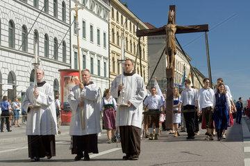 Muenchen - Eine Gruppe Geistlicher im Festornat