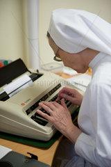 Heitersheim  Deutschland  eine Schwester schreibt etwas an einer Schreibmaschine