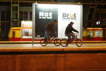 Ein S-Bahnsteig bei Nacht