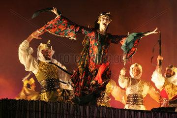 Dubai  Traditioneller Tanz bei einem Fest in der Wueste