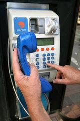 Dublin  waehlen einer Telefonnummer an einem oeffentlichen Fernsprecher von Eircom