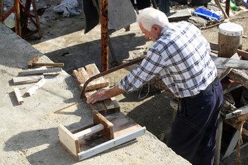 Trabzon  ein Mann saegt ein Stueck Holz