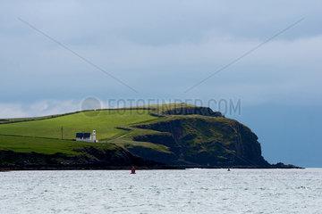 Dingle  Irland  ein Leuchtturm an der Kueste von Kerry
