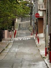 Verwundene und geschwungene Seitenstrasse in San Francisco