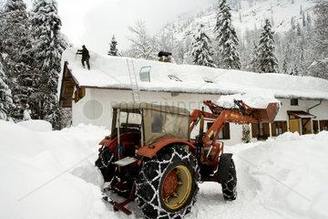 Schneeraeumung auf dem Dach